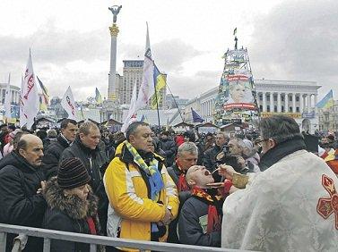 Беснующаяся толпа революционеров :: Греко-католики, униаты, филаретовцы, автокефалисты, баптисты, протестанты «исповедают», «причащают», «молятся» на евромайдане (ФОТО)