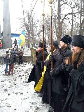 Молебный пост на ул. Грушевского :: Монахи Киево-Печерской лавры встали между отрядом Беркута и митингующими на Майдане (ВИДЕО)