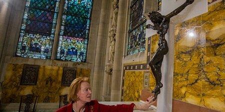 РАСПЯТИЕ С ЖЕНСКОЙ ФИГУРОЙ, ИЗОБРАЖАЮЩЕЙ ХРИСТА, УСТАНОВЛЕНО В ЕПИСКОПАЛЬНОМ СОБОРЕ В НЬЮ-ЙОРКЕ