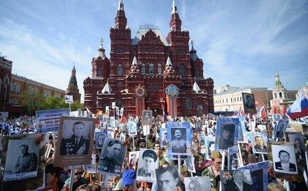 В День Победы, 9 мая, в 12 часов участники шествия начнут собираться на Ленинградском проспекте. В 15 часов дня «Бессмертный полк» двинется по Красной площади, а затем разделится. Согласно первому маршруту участвующие в акции пройдут по Большому Москворецкому мосту. Второй же поток движения двинется на Москворецкую набережную. Завершится шествие в 19 вечера.