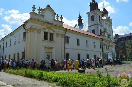Взломали двери, разбили окна, избили верующих: Радикалы силой захватили православный храм на западе Украины (+ Видео)
